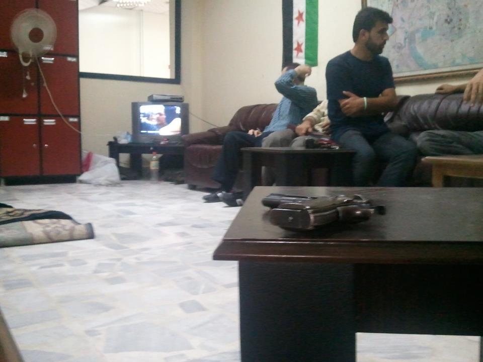 Rebelles de l'ASl dans le sous-sol d'une ancienne administration. Rencontré il y a quelques mois à Alep, Abdallah (à droite sur l'écran) a été tué dans une attaque du régime. Photo : Intégrales Productions