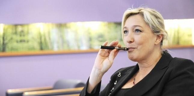 Marine Le Pen, avec une cigarette électronique en bouche.