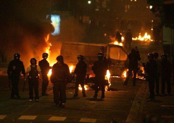 473025_des-policiers-devant-des-vehicules-incendies-le-28-octobre-2005-a-clichy-sous-bois