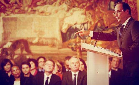 Hollande donnant une conférence de presse, sous l'oeil de son gouvernement