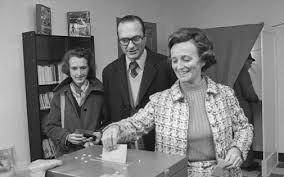 L'épouse de Jacques Chirac déposant son bulletin dans l'urne