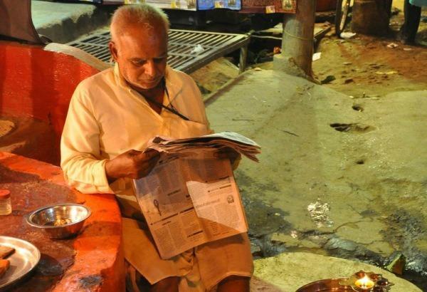 Inde. Homme lisant son journal. Photo : Amaury Laporte.