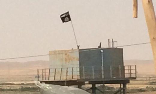 Le drapeau de l'EI flotte au Nord de l'Irak, à 30 km de Mossoul et de Kirkouk. Photo : Farouk Atig, Copyright Intégrales Productions