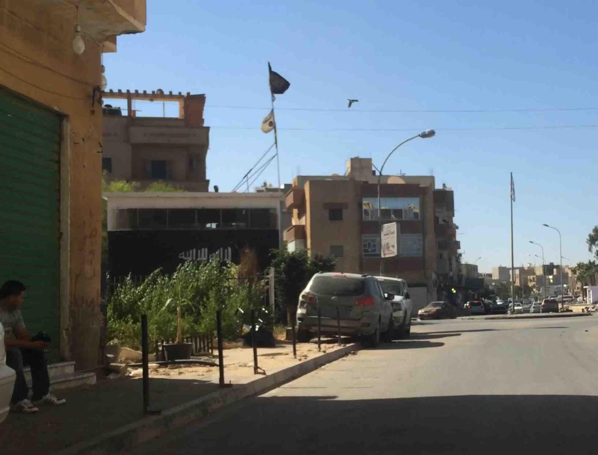 Le drapeau noir des fondamentalistes trônant en plein centre ville de benghazi, dans l'est de la Libye, le mois dernier. Image : F. A / Intégrales Productions