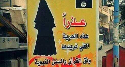 """Panneau d'affichage de l'organisation Etat islamique dans une rue de Raqqa, en Syrie pour inciter les femmes à porter le niqab : """"Désolé, mais c'est bien la liberté que nous voulons. Celle-là même que le Coran et le prophète Mahomet appellent de leurs voeux"""""""