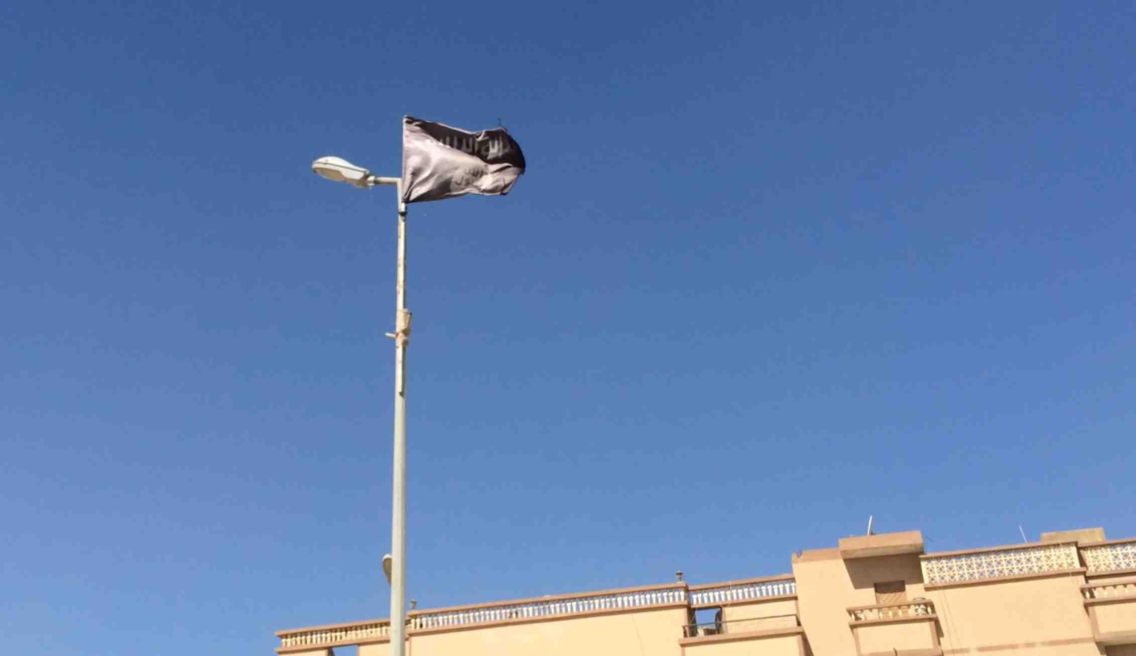 Un drapeau noir flottant en plein centre de Benghazi. Image : F.A / Intégrales Productions