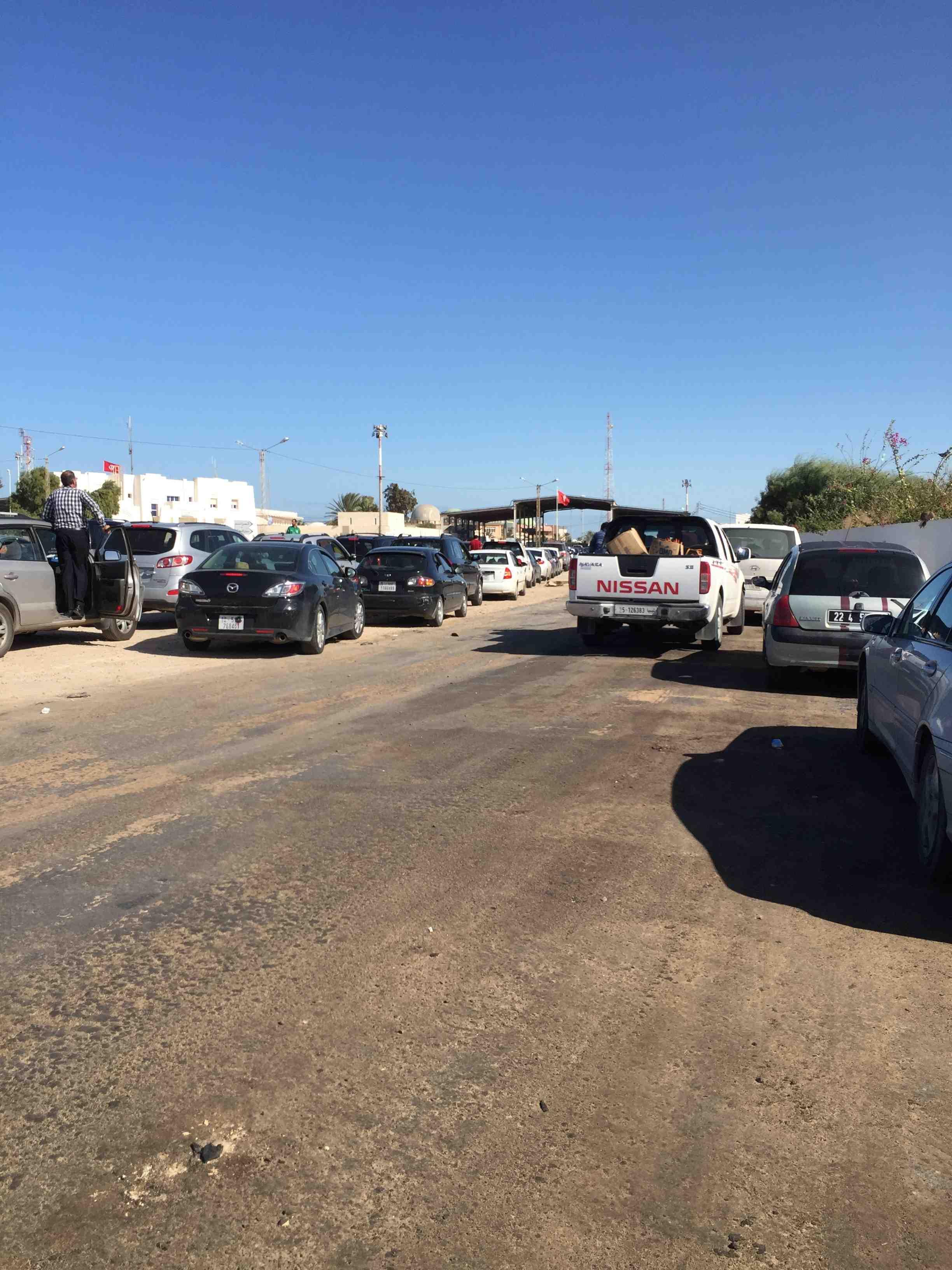 Ballet incessant de véhicules à la frontière entre la Libye en proie à une guerre civile, et la Tunisie voisine. Photo : F.A (Intégrales Mag)