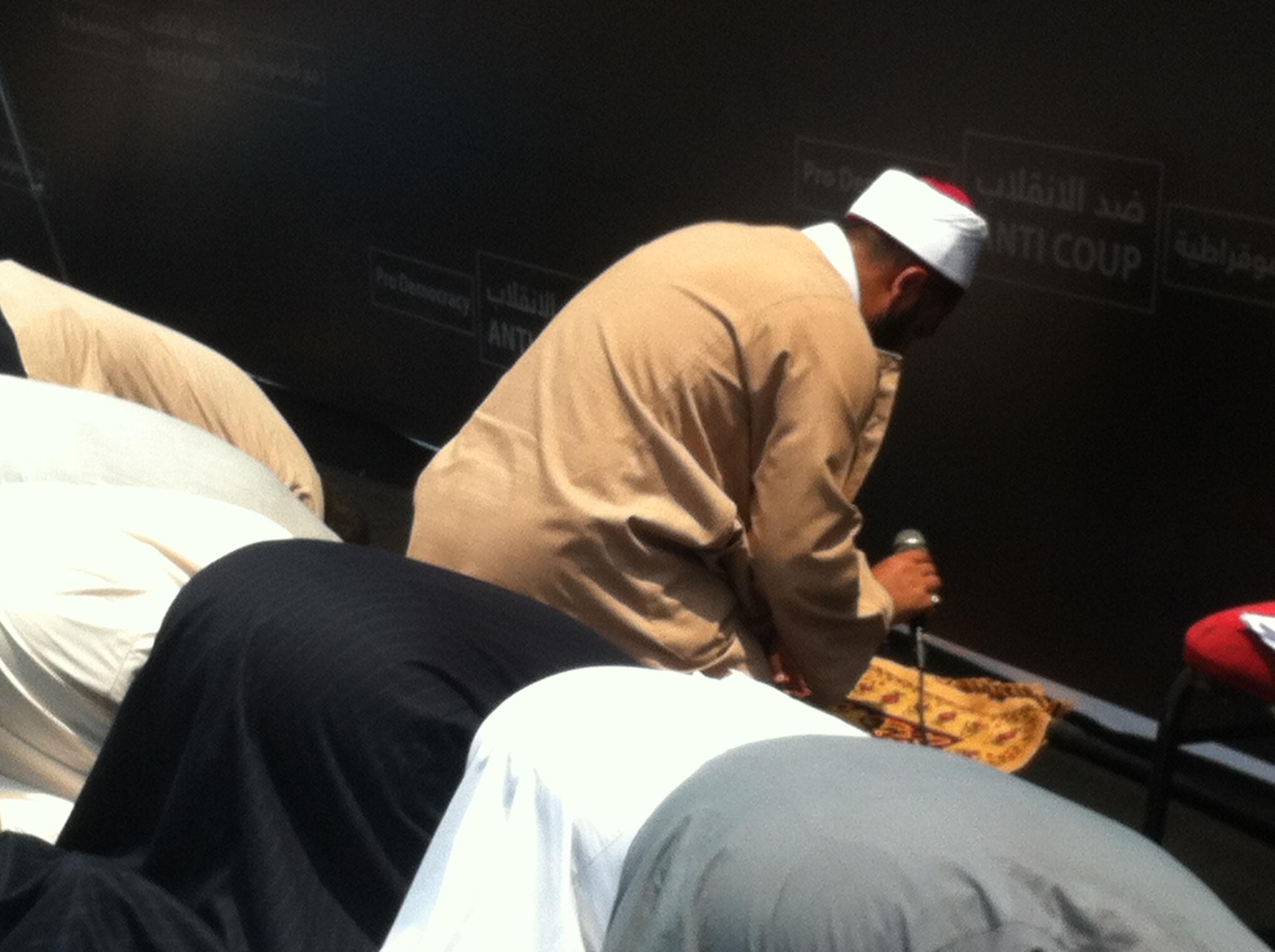 Prière dans les rues du  Caire. Photo : Intégrales Productions