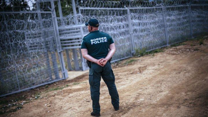 """Véritable """"mur de séparation"""", la cloture de barbelés érigée entre la Bulgarie et la turquie pour empêcher l'afflux de migrants sur le continent européen a coûté la bagatelle de 5 millions d'euros. Image : France 24."""