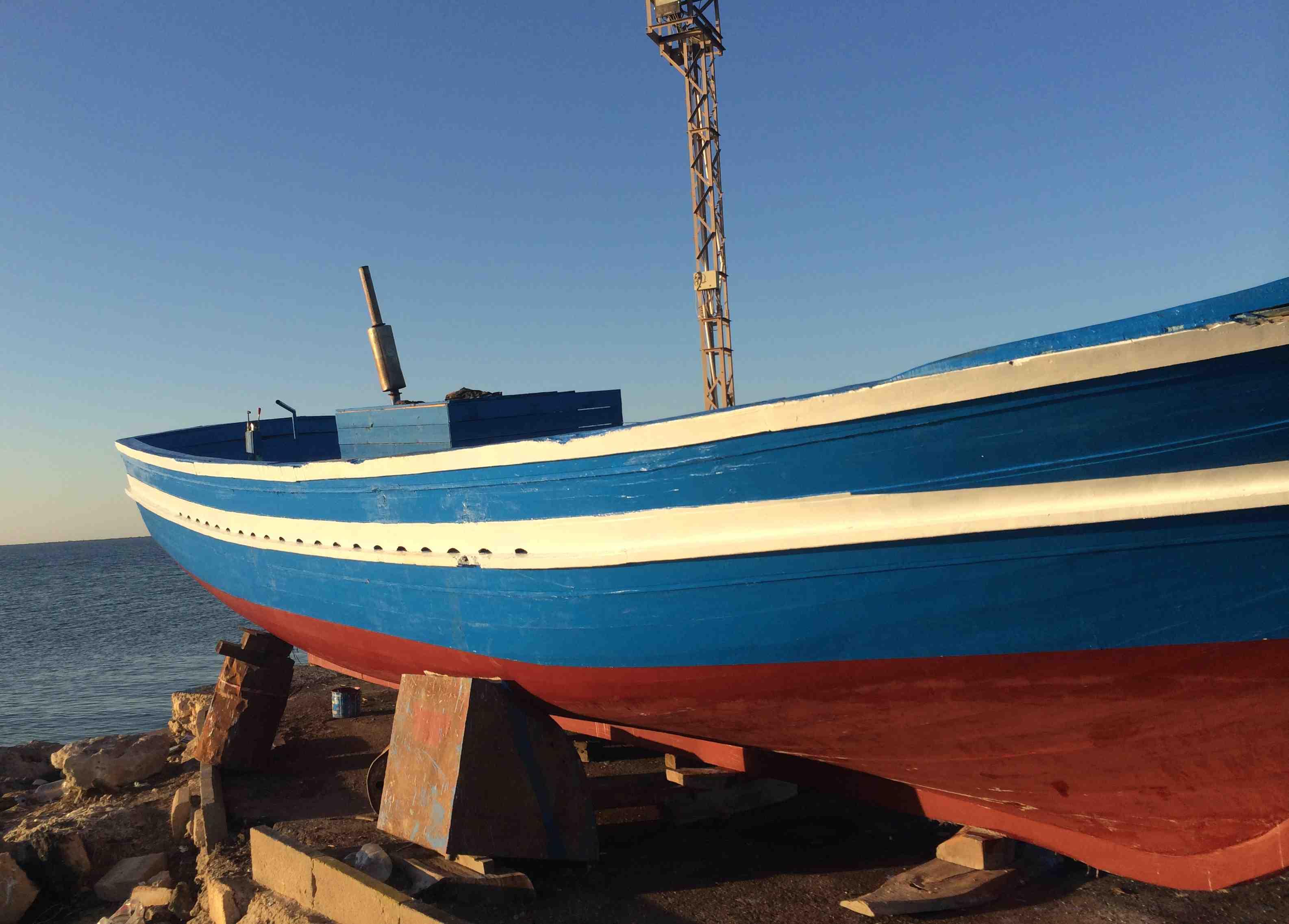 C'est sur l'une de ces embarcations de fortune que les migrants en partance pour l'Europe se retrouvent généralement entassés.  Une place se négociant autour de 800 euros par réfugié. Photo : Intégrales Mag