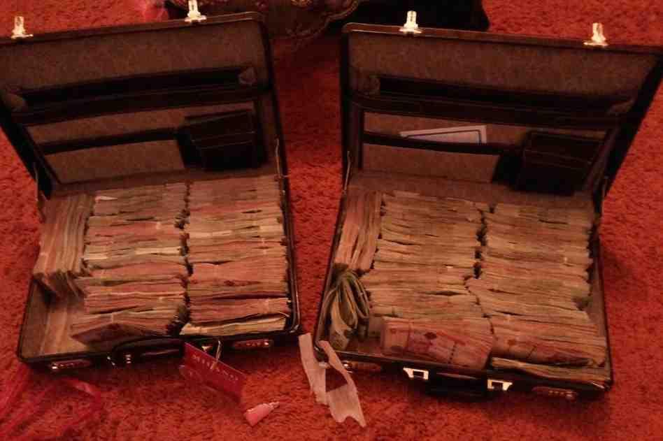 Dénués souvent de scrupules, les passeurs libyens n'hésitent pas parfois à fanfaronner sur les réseaux sociaux, exhibant comme c'est le cas ici, des valises de billets pour montrer les bénéfices qu'ils tirent de leurs trafics