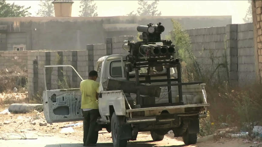 """Des miliciens du groupe """"Aube Libyenne"""" lors des combats d'août 2014 aux abords de l'aéroport de Tripoli. Image : Intégrales Mag"""
