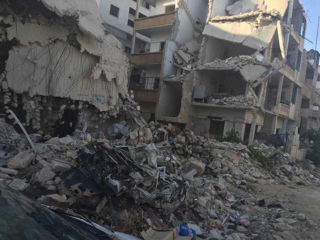 Un immeuble en ruines dans un quartier central d'Idlib, au nord-ouest de la Syrie, après un bombardement attribué aux Russes. Photo (juin 2015) : F.A / Intégrales Mag