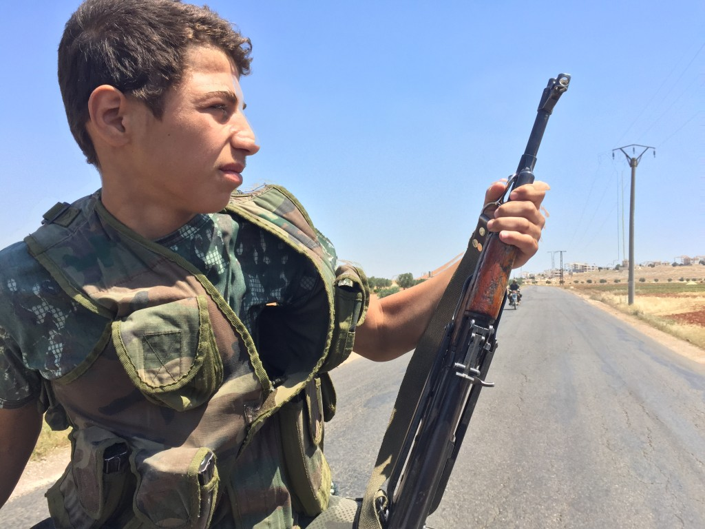Abou al-Bara el Binchi, un jeune combattant islamiste, sur la route entre Alep et Idlib, fin mai 2016. Le Syrien de 15 ans a quitté le reste de sa famille exilée en Turquie pour rejoindre les djihadistes d'Ahrar al-Sham. Photo : F.A / Intégrales mag