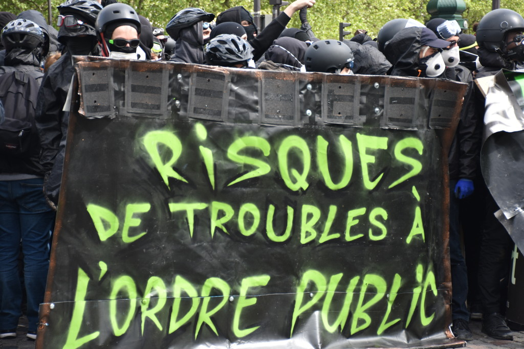 """Plus de 200 militants du groupe radical """"Black-Bloc"""" ont été arrêtés en marge de la traditionnelle marche du 1er à Paris"""