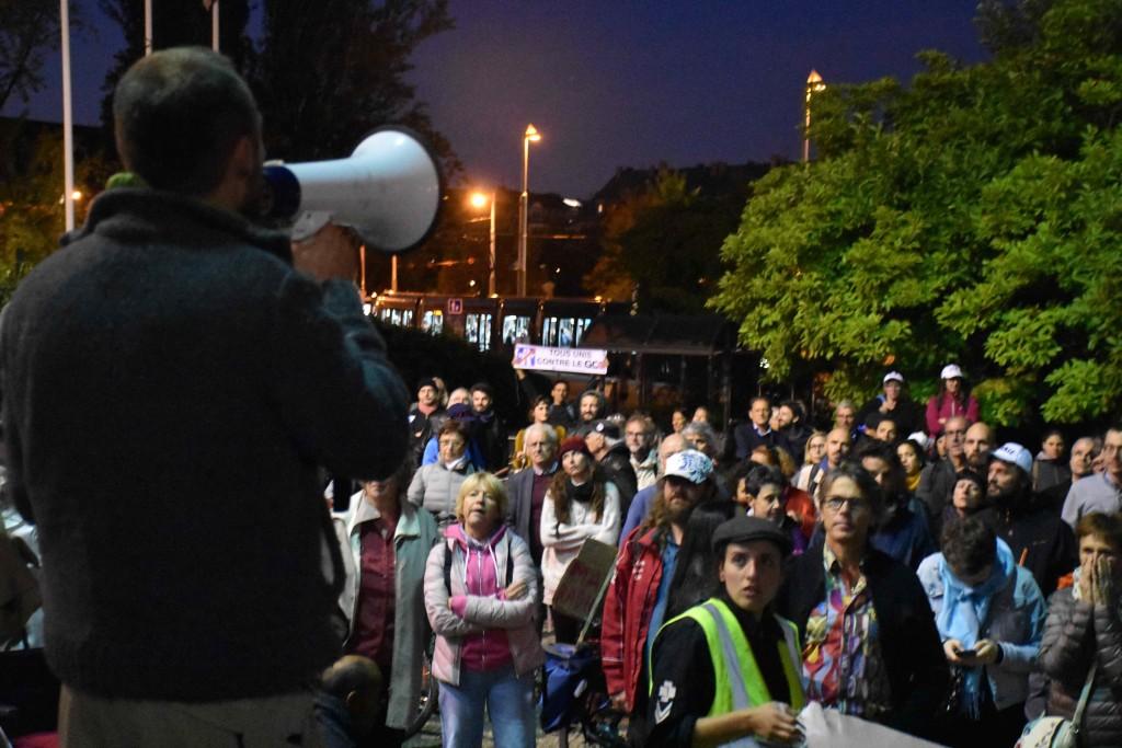 Martin Hubert prend la parole devant la mairie.